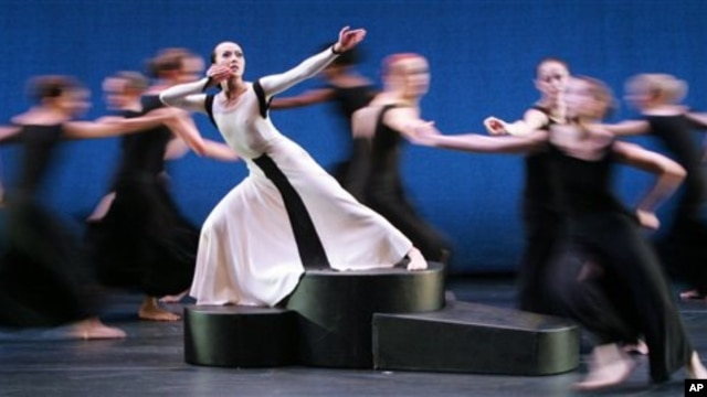 """Dancer Fang-Yi Sheu from Taiwan, in white dress, performs sketches from """"Chronicle"""" in Cologne, Germany, in July 2006 at the start of a European tour by the Martha Graham Dance Company"""