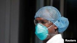 紐約市布朗克斯區醫院護士抗議,要求得到N95口罩。(路透社2020年4月2日攝)