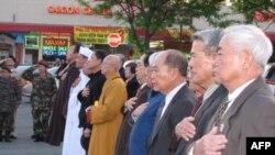Đại diện các hội đoàn và tôn giáo tham dự lễ truy điệu chiều 29/4/2011 tại trung tâm Eden