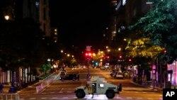 Një automjet ushtarak qëndron në mes të K Street në kryeqytetin amerikan