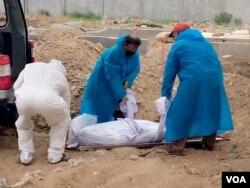 کرونا وائرس سے متاثرہ شخص کی تدفین میں صرف چار افراد شریک ہوتے ہیں۔