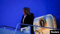 美国总统特朗普结束对印度为期两天的访问后,乘坐空军一号抵达位于美国马里兰州的安德鲁斯联合基地(2020年2月26日)。
