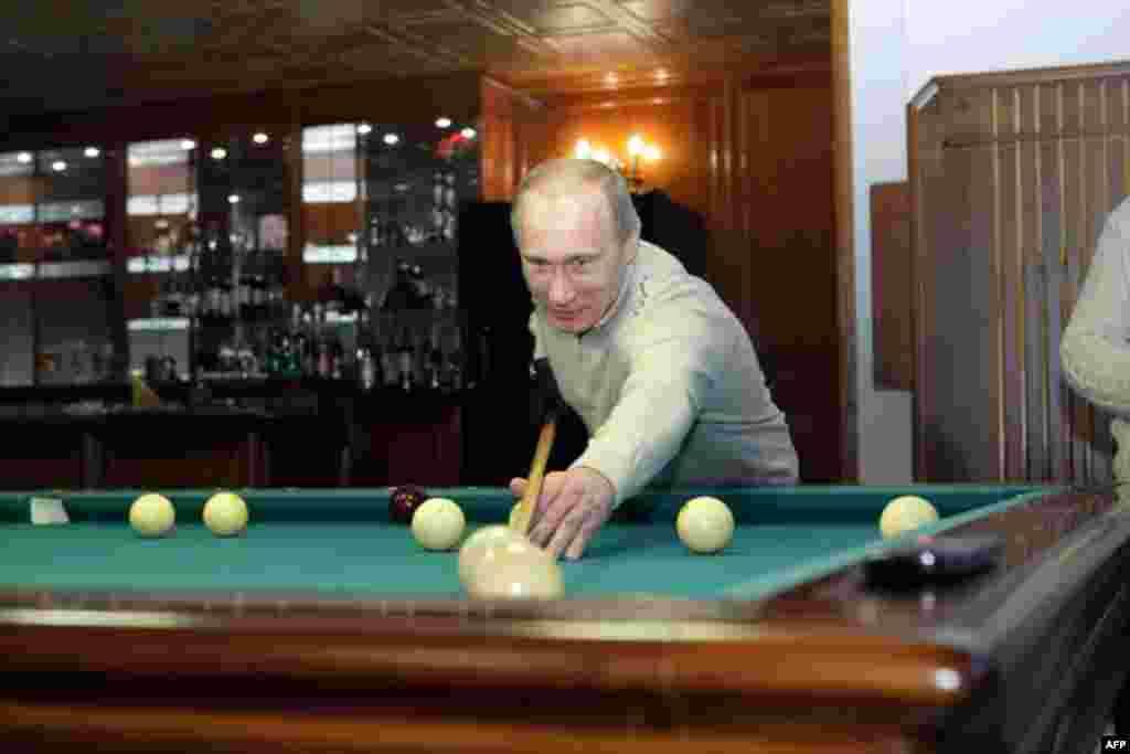 Владимир Путин играет в биллиард в Хабаровске