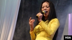 A Vietnamese singer at a church fund raiser in Houston. (G. Flakus/VOA)