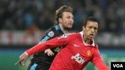 Penyerang MU asal Portugal Nani merebut bola dari bek Marseille Gabriel Heinze dalam leg pertama putaran 16 besar Liga Champions hari Rabu (23/2) di Perancis. Nani akan absen pada pertandingan leg kedua minggu depan akibat cedera.
