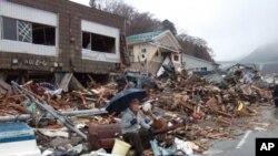 海啸幸存者在风雨废墟中