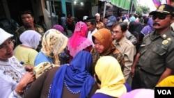 Walikota Surabaya Tri Rismaharini di tengah pekerja seks dari tempat lokalisasi Tambak Asri. (VOA/Petrus Riski)