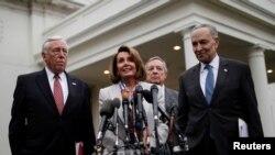 چاک شومر (راست) رهبر اقلیت دموکرات در سنا، نانسی پلوسی (وسط) رهبر اکثریت دموکرات در مجلس نمایندگان پس از جلسه روز چهارشنبه در کاخ سفید