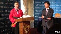 Mantan Dubes AS untuk Indonesia, Scot Marciel memberikan sambutan setelah menerima gelar 'Pendekar Kehormatan' dari perguruan silat Al-Azhar di Washington DC, disaksikan Dubes RI untuk AS, Dino Patti Djalal, usai pertemuan CSIS mengenai 'Kemitraan AS-Indonesia' di KBRI Washington, DC hari Rabu 25/9 (foto: VOA/Vina Mubtadi).