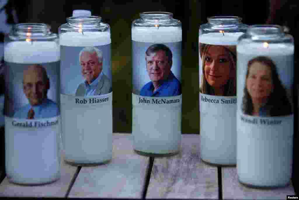 تصاویر قربانیان حادثه تیراندازی دفتر نشریه «کپیتال گزِت» در ایالت مریلند آمریکا بر روی شمع هایی که در مراسم یادبود آنها روشن شد.