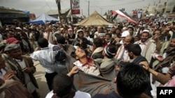 Một người biểu tình chống chính phủ Yemen chết sau khi bị thương trong các cuộc đụng độ với các lực lượng an ninh ở Sana'a, Yemen, ngày 18 tháng 3, 2011