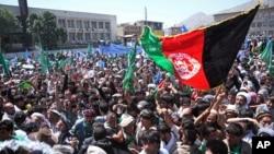 阿富汗总统候选人阿卜杜拉的支持者在喀布尔街头呼喊口号,抗议选举舞弊。(资料照片)