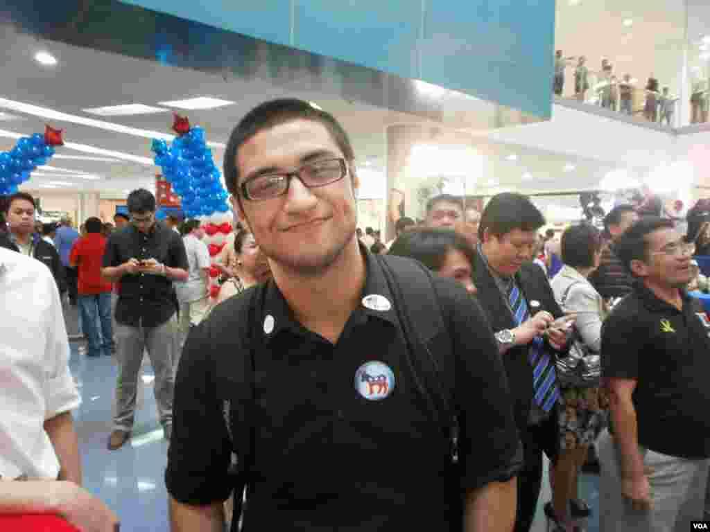 """Anh Derek Obryan, 21 tuổi, sinh viên Mỹ đang học tại Manila, Philippines nói anh thích Obama """"vì ông ấy cố gắng thay đổi và đưa ra một tấm gương khác cho thế giới."""" (S. Orendain/VOA)"""
