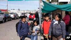 Keluarga Gonzalez dari Guatemala, yang mengajukan permohonan suaka di AS, di Nogales, Meksiko, di perbatasan AS, 3 Januari 2020.