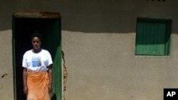 Une survivante du génocide rwandais devant sa maison, dans le Village de la réconciliation