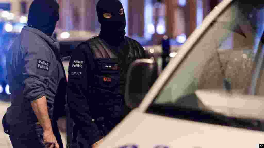 Les éléments des forces spéciales d'intervention belges viennent de fouiller une maison dans le quartier Molenbeek, à Bruxelles, 17 novembre 2015.