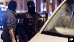 Des membres de la force d'intervention spéciale à Bruxelles, le 17 novembre 2015. (AP Photo/Geert Vanden Wijngaert)