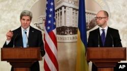 Menlu AS John Kerry (kiri) menyalahkan separatis dan Rusia, dalam konferensi pers bersama PM Arseniy Yatsenyuk di Kyiv, Kamis (5/2).