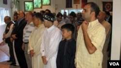 American Muslims offer Eid al-Fitr prayers at a community center in northern Virginia (Mohamed Elshinnawi/VOA).