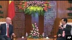 ລັດຖະມົນຕີຕ່າງປະເທດອັງກິດ William Hague ພົບປະສົນທະນາກັບ ນາຍົກລັດຖະມົນຕີຫວຽດນາມ Nguyen Tan Dung ໃນລະຫວ່າງການຢ້ຽມຢາມ ເມື່ອວັນທີ 25 ເມສາ 2012 ນີ້.