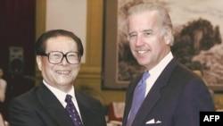 ჩინეთის პრეზიდენტი ძიან ძემინი და სენატორი ჯო ბაიდენი, სენატის საგარეო ურთიერთობათა კომიტეტის თავმჯდომარეობის დროს, 2001 წ.