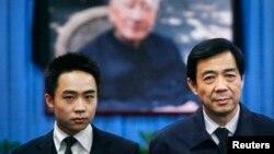 Politisi tersingkir China, Bo Xilai (kanan) dan anak laki-lakinya Bo Guagua di Beijing tahun 2007 (Foto: dok). Bo Guagua meragukan keadilan proses hukum atas sidang korupsi ayahnya yang akan mulai disidang pekan ini.