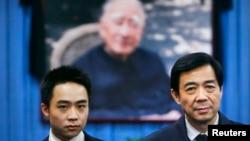 原中共中央政治局委員、重慶市委書記薄熙來與兒子薄瓜瓜在其父親薄一波遺照前。(資料照片)