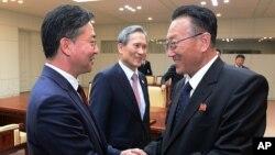 Bộ trưởng Bộ Thống nhất Hàn Quốc Hong Yong-pyo (trái) bắt tay với ông Kim Yang Gon, một quan chức cấp cao của Triều Tiên chịu trách nhiệm về các vấn đề của Hàn Quốc, sau cuộc họp của họ tại Panmunjom ở Paju, Hàn Quốc.