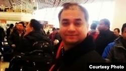 伊力哈木13年2月2日在北京首都國際機場準備前往美國訪學被拒絕出境前留影(唯色博客圖片)