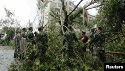 Cảnh sát bán quân sự dọn dẹp cây cối bị đổ sau khi bão Meranti quét qua Hạ Môn, tỉnh Phúc Kiến, Trung Quốc, ngày 15/9/2016.