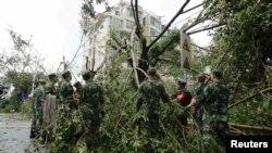 중국 남동부 푸젠성 경찰관들이 지난 15일 푸젠성에 상륙한 태풍 므란티로 쓰러진 나무 잔해들을 제거하고 있다