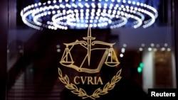 Logo Pengadilan Eropa (The European Court of Justice [ECJ]) di luar ruang pengadilan utama ECJ, Luksemburg. (Foto: dok).