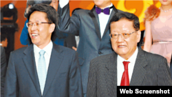 凤凰卫视主席刘长乐(右)邀请中联办主任张晓明出席台庆(苹果日报图片)