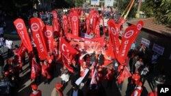 Người biểu tình trương biểu ngữ tại cuộc mít tinh kêu gọi hoà bình, trước khi các vụ nổ xảy ra, ở Ankara, 10/10/2015.