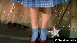 کفشهای ارغوانی در فیلم هالیوودی «جادوگر شهر آز» محصول سال ۱۹۳۹ توسط جودی گارلند پوشیده شده اند.