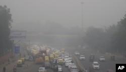3일 인도 뉴델리 도심에 스모그가 휩싸였다.