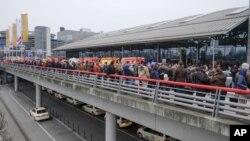 """La evacuación se ordenó por la presencia de una """"sustancia desconocida"""" en el aeropuerto."""