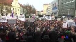 數萬斯洛伐克人上街遊行要求提前選舉