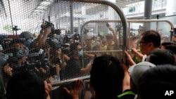 مظاہرین کی بڑی تعداد ایئر پورٹ کے باہر پہنچی تاکہ ہوائی اڈے جانے والے راستے بند کیے جا سکیں