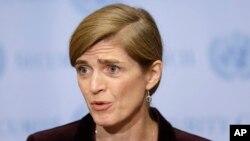 유엔 안보리가 새 대북제재 결의안을 만장일치로 통과시킨 지난 2일 미국 뉴욕 유엔 본부에서 사만다 파워 유엔주재 미국대사(가운데)가 기자회견을 하고 있다.
