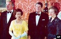 Helmut Kohl con la reina de Inglaterra, Isabel II, la primera ministra británica Margaret Thatcher y el ex presidente de EE.UU. Ronald Reagan. Jun. 10 de 1984.