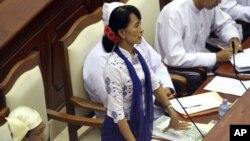 25일 의회에서 발언하는 버마의 민주화 운동가 아웅산 수치 의원.