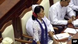 Bà Aung San Suu Kyi đưa ra một câu hỏi trong phiên họp thường kỳ của Quốc hội Miến Ðiện tại Naypyitaw, ngày 25/7/2012