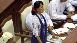Opposition leader Aung San Suu Kyi asks a question during a regular session of Burma's parliament, July 25, 2012, in Naypyitaw.