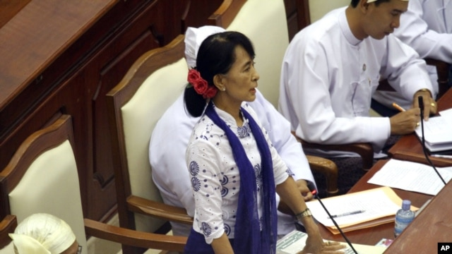 Burma's Opposition leader Aung San Suu Kyi asks a question during a regular session of the parliament at Burma's Lower House, July 25, 2012, in Naypyitaw.