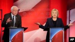 ທ່ານນາງ Clinton ແລະທ່ານ Sanders ພວມໂຕ້ວາທີກັນ