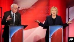 미국 민주당 경선 힐러리 클린턴 후보(오른쪽)와 버니 샌더스 후보가 4일 맞대결 토론에서 공방을 벌이고 있다.
