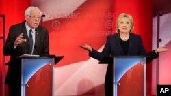 Kandidat capres partai Demokrat, Senator Bernie Sanders (kiri) dan Hillary Clinton berdebat sengit di Durham, New Hampshire, Kamis (4/2).