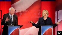 លោក Bernie Sanders សមាជិកព្រឹទ្ធសភាស្តាប់លោកស្រី Hillary Clinton បកស្រាយក្នុងពេលជជែកដេញដោលជាបឋមសម្រាប់តំណែងប្រធានាធិបតីដែលរៀបចំឡើងដោយទូរទស្សន៍ MSNBC នៅក្នុងក្រុង Durham កាលពីថ្ងៃទី៤ ខែកុម្ភៈ ឆ្នាំ២០១៦។