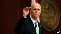 """""""Firmar esta legislación histórica mantendrá las matrículas escolares bajas"""", dijo el gobernador Rick Scott."""